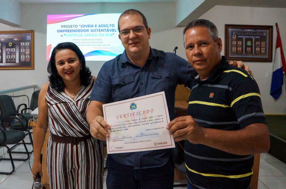 Empresário local recebe certificado por ter participado do projeto Empresa Amiga da EJA em 2018.