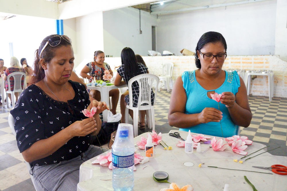 Curso profissionalizante de flores em E.V.A garante alternativa de renda para dezenas de atalaienses