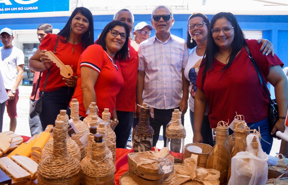 Prefeito Chico Vigário visita a barraca de exposição da Escola Municipal Francisco de Albuquerque Pontes.