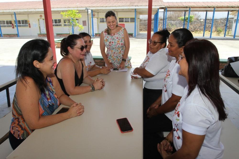 Merendeira da Escola Jabes Francisco vai representar Atalaia na etapa estadual do Concurso de Merendeiras