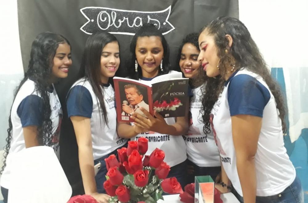 Turma do 9º ano homenageou o escritor Tito Cavalcante de Alencar.
