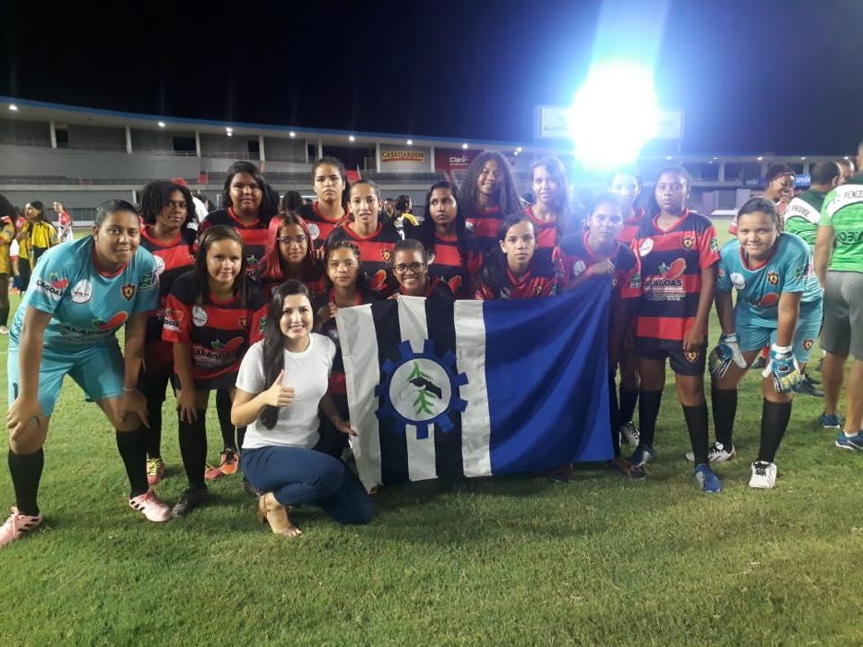 Equipe de futebol feminino do Sport Atalaia ao lado da secretário de Estado do Esporte, Claudia Petuba.
