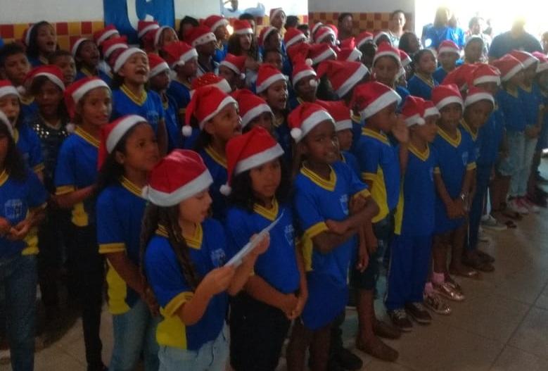 Lindo Coral formado por alunos da E. M. Cícero Cabral Toledo.