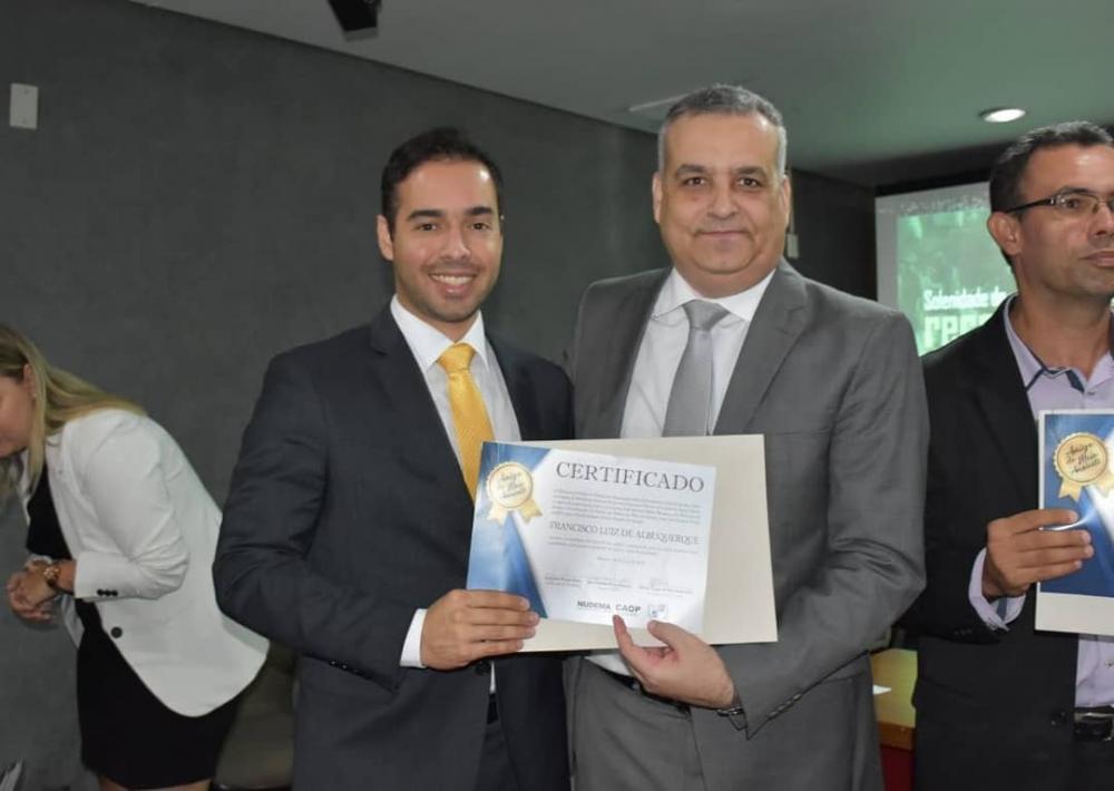 """MPE/AL: Chico Vigário é homenageado com o certificado """"Amigo do Meio Ambiente"""" por desativar o lixão de Atalaia"""