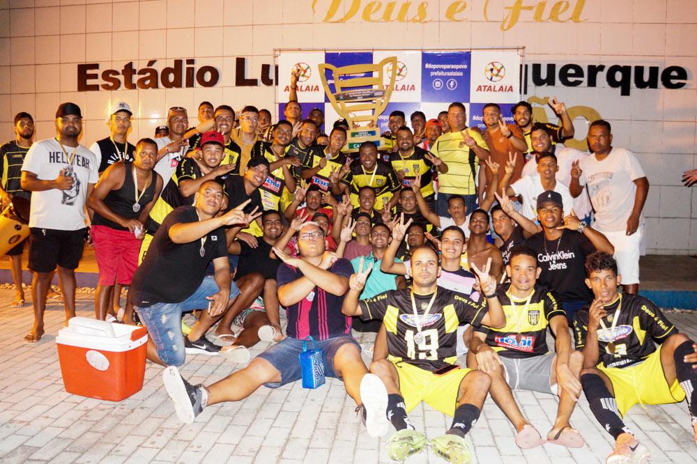 Vereador Toni Barros festeja com os jogadores do Vira Copos, mais uma conquista da 1ª Divisão.
