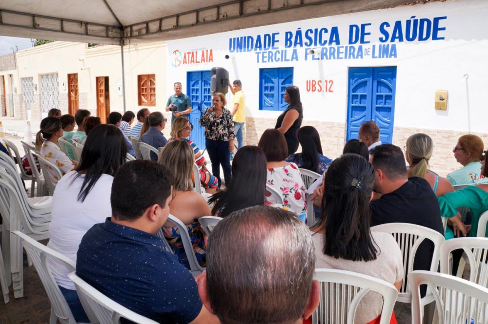 Vereadora Maria da Comesa discursa durante a inauguração da nova UBS do Jenipapeiro.