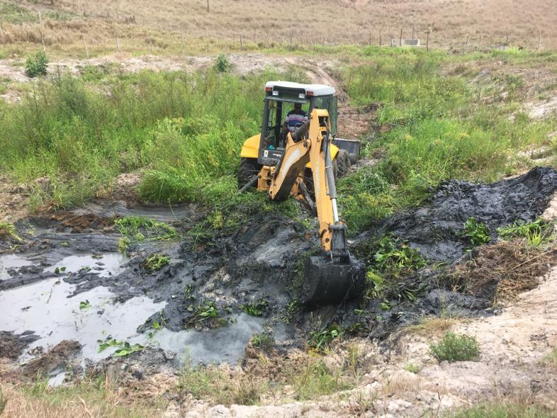 Máquina da Infraestrutura realiza a limpeza de barragens.