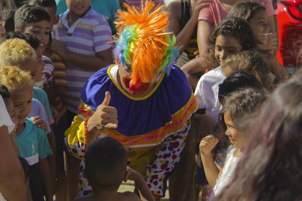 """Grupo """"Mãos que Acolhem"""" entrega 310 kits escolares para crianças carentes de Atalaia"""