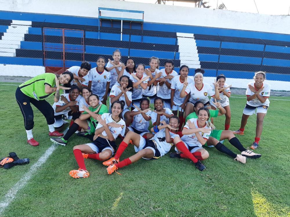Meninas do Sport Atalaia comemoram a grande vitória.