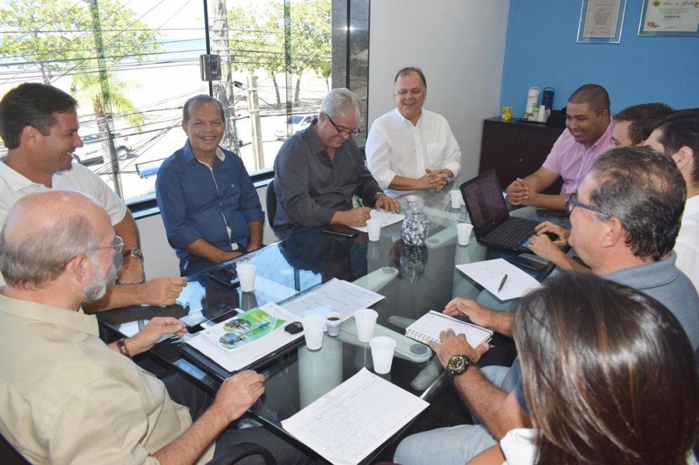 Prefeito Chico Vigário participa de encontro na sede do Iteral.